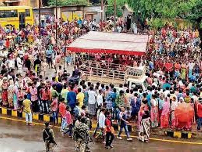 adivasis-stopped-the-way-to-mine-to-protest-cut-the-jungle